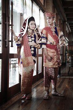 Koto Gadang wedding outfit I Mahligai Magazine - Hochzeit Traditional Fashion, Traditional Wedding, Traditional Dresses, Pre Wedding Poses, Wedding Ideas, Indonesian Wedding, Marriage Dress, Gold Wedding Decorations, Braided Hairstyles For Wedding
