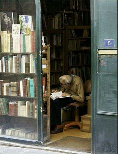 Reading in the book shop.would love to walk into this bookstore and have conversations with this old man! In between, I would feed my soul with words and the touch of books passed down through time. I Love Books, Books To Read, People Reading, Woman Reading, World Of Books, Book Aesthetic, Book Nooks, Library Books, Bookshelves