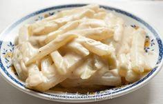 Dit recept voor koolrabi frietjes met een sausje heb ik afgekeken van mijn moeder. Ze maakt het met enige regelmaat en iedereen is er dol op!