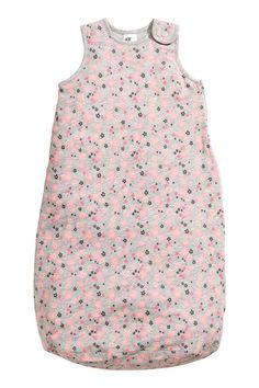 Gigoteuse: Gigoteuse légèrement matelassée en jersey souple à motif imprimé. Bouton-pression sur une épaule et fermeture à glissière dissimulée sur un côté qui s'ouvre depuis le bas. Doublure jersey. Article à utiliser à l'intérieur.