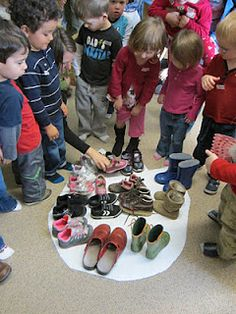 "Dinosaurios-How many shoes does it take to fill a dinosaur foot print? & read""Prehistoric Actual Size"" by Steve Jenkins-give to Frances and Karen Dinosaur Theme Preschool, Dinosaur Crafts, Preschool Themes, Preschool Science, Dinosaur Party, Preschool Class, Preschool Lessons, Reggio, T Rex Footprint"