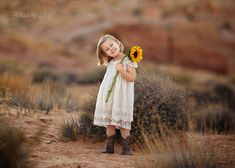 photos of children's poses - Bing images Sunflower Field Photography, Desert Photography, Outdoor Photography, Children Photography, Family Photography, Grandparent Photo, Johnny Depp Pictures, Kid Poses, Fall Pictures