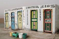 """""""Ces toilettes sont situées au bord de la route traversant le grand lac salé à l'ouest de la Tunisie avant d'arriver à Tozeurchot el Gerib.""""..."""