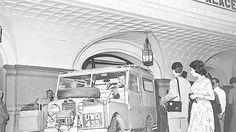 """Rio de Janeiro (RJ) 21/11/1957 - Peter Townsend (Coronel) - O coronel Peter Townsend e seu jipe em viagem pelo mundo - Já em frente ao Hotel Copacabana Palace, no Rio, Townsend e o """"Land Rover"""" famoso, que já percorreu mais de 60 mil quilômetros de estrada - Foto Edirane de Souza / Agência O Globo - Sem Negativo"""