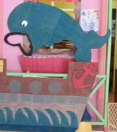 Barco de cartón y ballena para recrear historia de Jonas  . Puedes remover el ancla.