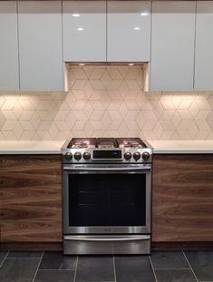 28 Ideas kitchen tiles backsplash renovation for 2019 White Kitchen Cabinets, Diy Kitchen, Kitchen Design, Kitchen Decor, Kitchen Tiles, Kitchen Paint, Glass Countertops, Glass Tile Backsplash, Backsplash Ideas