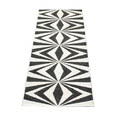 Plastic carpet Mira from Pappelina has a modern and beautiful graphic black and white pattern and fits perfectly into the stylish home. Choose from several oilka lengths.