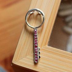 junelio.com Pendentif en argent massif 925 rhodié en forme de clé style rétro vintage serti de rubis véritables
