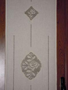 Risultati immagini per manteles y cortinas de tela y crochet Hardanger Embroidery, Cross Stitch Embroidery, Hand Embroidery, Crochet Curtains, Bargello, Embroidery Techniques, Window Coverings, Doilies, Needlework