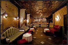 Apotheke Bar - New York. All'interno il locale riproduce un'antica farmacia con baristi in camice da alchimista e cocktail che somigliano a pozioni d'altri tempi.