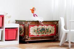 Interior: children's room / Kinderzimmer - antike Bauerntruhe
