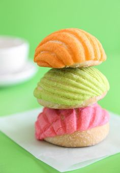 Pin for Later: 15 Desserts That Belong in Mason Jars and Under a Christmas Tree Go traditional with these colorful concha cookies, also known as Mexican sweet buns. Mexican Pastries, Mexican Sweet Breads, Mexican Bread, Mexican Breakfast Recipes, Mexican Food Recipes, Dessert Recipes, Mexican Desserts, Breakfast Tacos, Sweet Pastries