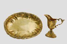 Helmkanne und ovale Schale Silber, vergoldet. Div. Punzen. Augsburg, 1763-65. Meistermarke: CD. Christian Drentwett II., Meister 1754, gest. 1801. H. 24 cm bzw. L. 43 cm.