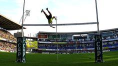 Copa de Europa 2010/11. Conversión humana. El acróbata se vale de la garrocha y vuela sobre la hache en Clermont, en la fecha de apertura de la nueva temporada. (Getty