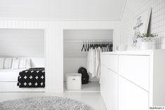 työhuone,pia wallén,ikea tyyny,haglöfs reppu,tivoli audio,hay hengari,valkoinen laatikosto,ferm living tapetti