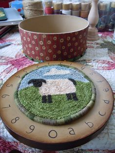 Punch Needle Tutorial to finish the edge with wrapped cording Punch Needle Tuto. Punch Needle Tutorial to finish the edge with wrapped cording Punch Needle Tuto… Punch Needle T Rug Hooking Designs, Rug Hooking Patterns, Hook Punch, Punch Needle Patterns, Craft Punches, Penny Rugs, Rug Making, Deco, Needle Felting