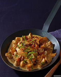 Kross gebratener Bacon sorgt für wunderbare Würze. Geht auch nur mit Champignons. Dazu passt Zwiebelschnitzel.