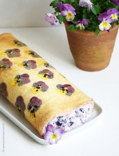 Biscuit roll backwards - with violets and .- Biskuitrolle rückwärts – mit Hornveilchen und Brombeerfüllung Biscuit roll backwards with violets and blackberry filling - Different Cakes, Flower Food, Edible Flowers, Cakes And More, Creative Food, Cake Art, Pansies, Organic Recipes, Eat Cake