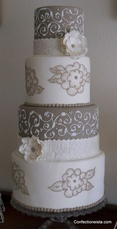 #grey #white #damask #wedding #cake | #torta #nuziale #rotonda #bianca #grigia #damascata