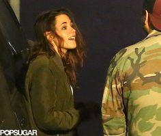 """Kristen Stewart parecia estar em um estado de espírito falante quando ela se encontrou com os amigos para jantar em Los Angeles na noite passada. Segundo uma fonte na cena, Kristen e seus amigos visitaram um restaurante do bairro da moda Silverlake em LA. Ela conversou com seu grupo enquanto estava ao lado de um carro e nossa fonte contou que ela """"estava de bom humor"""", acrescentando que ela estava """"conversando, sorrindo, muito relaxada""""."""