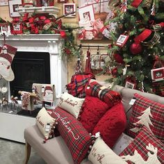 The Christmas countdown is just launched! Bring the magic of Christmas to your home! Because it is not always easy to imagine a Christmas decoration and holiday table consistent and really like you, deco. Tartan Christmas, Cozy Christmas, Modern Christmas, Rustic Christmas, Beautiful Christmas, Christmas Wreaths, Christmas Crafts, Xmas, Vintage Christmas