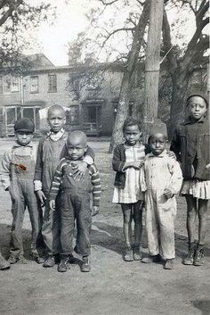 Vintage photo of African American children posing for the camera. American Children, American Women, American Art, Vintage Photographs, Vintage Photos, American Photo, Black History Facts, Black Families, African Diaspora