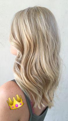 Platinum blonde hair, highlights, light blonde hairstyle, medium length hair, balayage