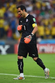 FIFA World Cup 2014 - Chile 2 España 0 (6.18.2014) - El Nuevo Herald Claudio Bravo of Chile reacts after his team's first goal during the 2014 FIFA World Cup Brazil Group B match between Spain and Chile at Maracana on June 18, 2014 in Rio de Janeiro, Brazil. Matthias Hangst / Getty Images
