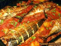 Macrou la cuptor. Cu niscai legume si sos - Papamond Good Food, Yummy Food, Tasty, Romanian Food, Fish And Seafood, Ratatouille, Meatloaf, Fish Recipes, Carne
