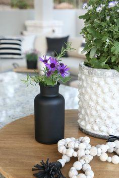 Spray bottles and vases with Testors CreateFX Chalkboard Spray Paint in Matte Black. Spray Painted Bottles, Spray Paint Vases, Chalkboard Spray Paint, Spray Paint Colors, Painted Glass Vases, Best Paint Colors, Black Chalkboard, Clear Glass Vases