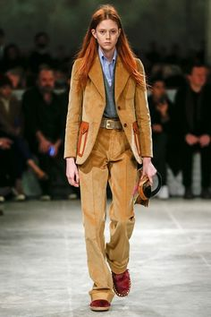 Guarda la sfilata di moda Prada a Milano e scopri la collezione di abiti e accessori per la stagione Pre-Collezioni Autunno-Inverno 2017-18.