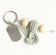 Sleutelhanger Houten kralen - tekstlabel met naam Little Presents, Pacifier Holder, Cute Little Things, Bridal Shower Gifts, Diy Crochet, Bead Art, Key Rings, Gift Tags, Baby Gifts