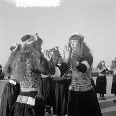 Dansen in klederdracht op Marken op het ijs 5 februari 1954
