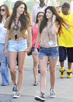 Stylish pair: Khloe had some fashion competition from her sister Kendall (left) and Kylie Kylie Jenner Bikini, Kylie Jenner Outfits, Kendall And Kylie Jenner, Estilo Kardashian, Khloe Kardashian, Emy Lee, Trajes Kylie Jenner, Fashion Competition, 70s Outfits