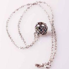 Ein wundervolles Einzelstück ist diese Halskette mit einem Kugelanhänger mit mehrfarbigen funkgelnden, österreichischen Kristallen. Die Kette ist aus 925er Sterling Silber, sehr filigran und doch so präsent am Hals. #Sterling Silber, Die Kette wird in einem kleinen Organzasäckchen geliefert. Ein elegantes Geschenk für eine Frau mit außergewöhnlichen Geschmack. Die Kette ist ca. 40 cm lang