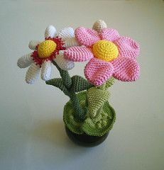 gratis free:Flower Pot pattern by MyGurumi Published in Craft Crochet  Category  Softies  Plant Published July 2008  Suggested yarn Hook size 3.