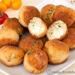 BULETE DIN CARNE DE PUI CU INIMA DE MOZZARELLA Romanian Food, Romanian Recipes, Mozzarella, Carne, Food And Drink, Potatoes, Vegetables, Entree Recipes, Potato
