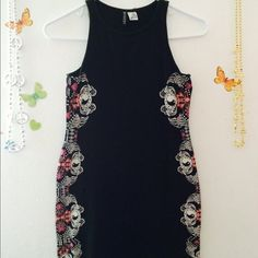 3 for $20 ❤️90s style design Bodycon Dress✨ Amazing condition  size 8 or size small. I would recommend to someone who is 5'7 and under because it is pretty short. **From H&M** Offers Accepted H&M Dresses