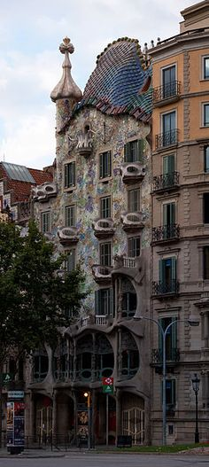 Casa Battló. Antoni Gaudi, 1904-1906.  Toda la arquitectura de esta obra parte de la base de las formas animales, en especial del océano, a través de un trabajo con curvas, sugerencias al esqueleto y colores brillantes, que en conjunto componen una obra maestra en Barcelona.