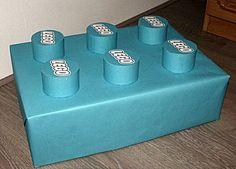 Surprise LEGO blokje Wat heb je nodig: Lege doos WC-rollen Gekleurd papier Schaar Lijm Plakband