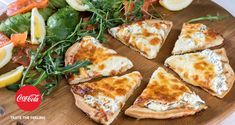 Speedy pizza by Greek chef Akis Petretzikis. A crunchy homemade pizza dough topped with mozzarella, cream cheese, rocket leaves smoked salmon and fresh avocado! Greek Recipes, New Recipes, Favorite Recipes, Pizza Recipes, Snack Recipes, Healthy Snacks, Healthy Eating, Pizza Kitchen, Fresh Avocado