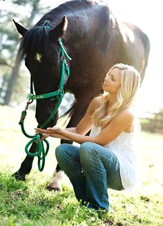 Senior pictures with a horse!! (P.S. I know someone with a horse named Rowan, just like in the pic)