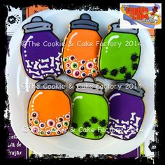 Jar cookies filled with Halloween decorations Thanksgiving Cookies, Fall Cookies, Iced Cookies, Holiday Cookies, Cupcake Cookies, Cookies Et Biscuits, Cupcakes, Halloween Desserts, Halloween Cookies Decorated