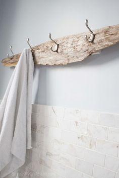 流木にフックをつけてラックに。バスルームのタオル掛けや玄関のコートハンガーにぴったりです。