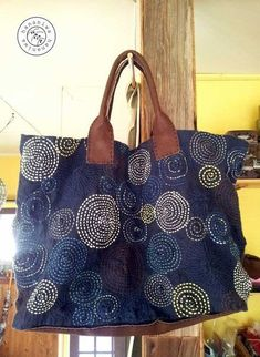 Discover thousands of images about Sashiko embroidery over patchwork Sashiko Embroidery, Japanese Embroidery, Patchwork Bags, Quilted Bag, Denim Crafts, Recycle Jeans, Recycled Denim, Denim Bag, Fabric Bags
