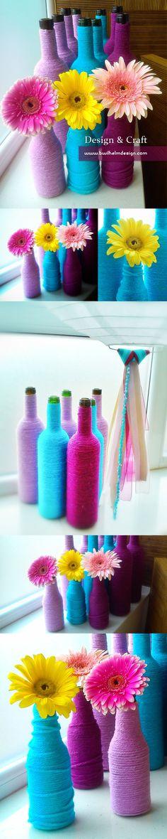 Floreros hechos con botellas de vino para aquellos que le quieran dar un poco de color a su hogar.