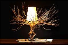 Wykonana z odpowiednio spreparowanego drzewa żywotnika lampka Danika dzięki odpowiedniej obróbce wydobywa ukryte piękno i niepowtarzalny kształt, który ozdobi najbardziej wyszukane wnętrze. Pracoch…