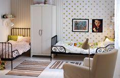 Dormitorio de chicas reorganizado para dar cabida a dos camas extensibles, un armario y un sillón