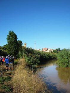 El Parc Fluvial de Sant Boi de Llobregat amb el campanar de l'església de Sant Baldiri al fons. River, Outdoor, Bass, Outdoors, Outdoor Games, The Great Outdoors, Rivers