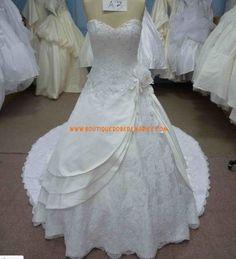 Robe de mariée avec longue traîne bustier dentelle